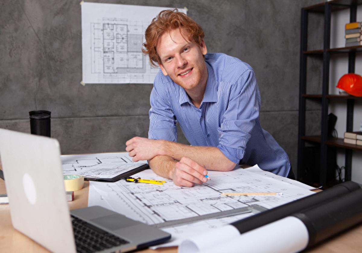 こちらを見て微笑む建築士のアメリカ人男性 イメージ