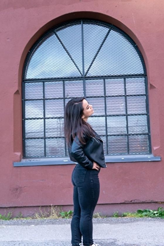 ピッタリしたジーンズを着る アメリカ人女性のファッション イメージ