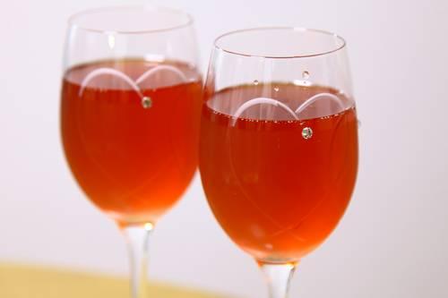 グラスに注がれた赤いスパークリングワインが2つ