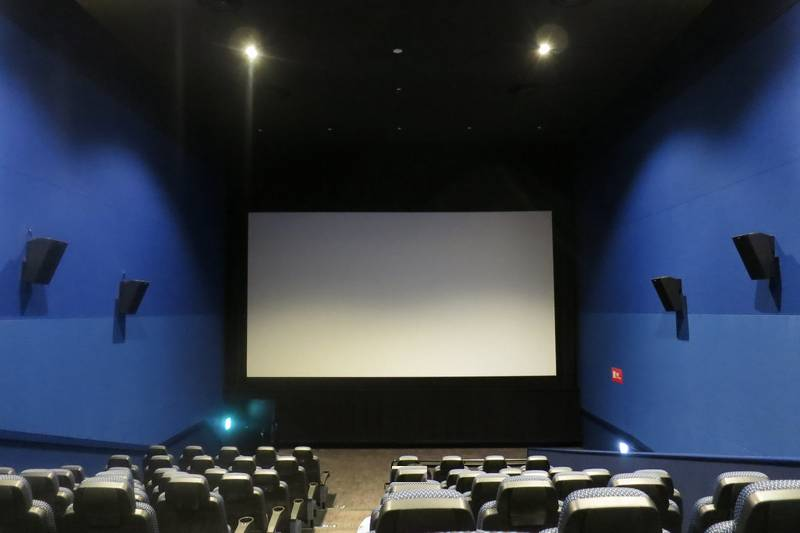 映画館客席からスクリーンを望む