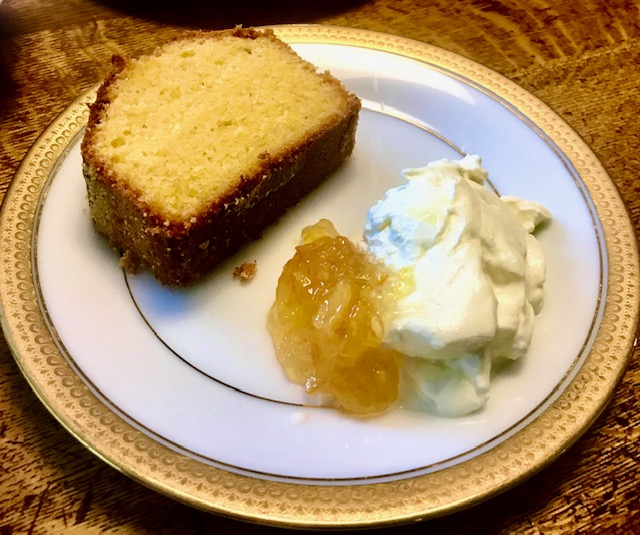 白い器にケーキとリコッタ
