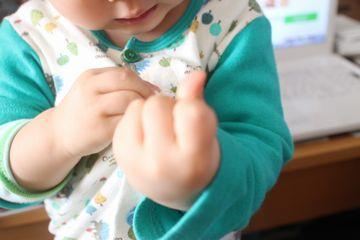 1歳11か月ボタンを留める
