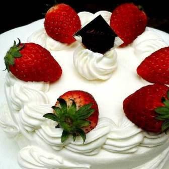生クリームのデコレーションケーキ