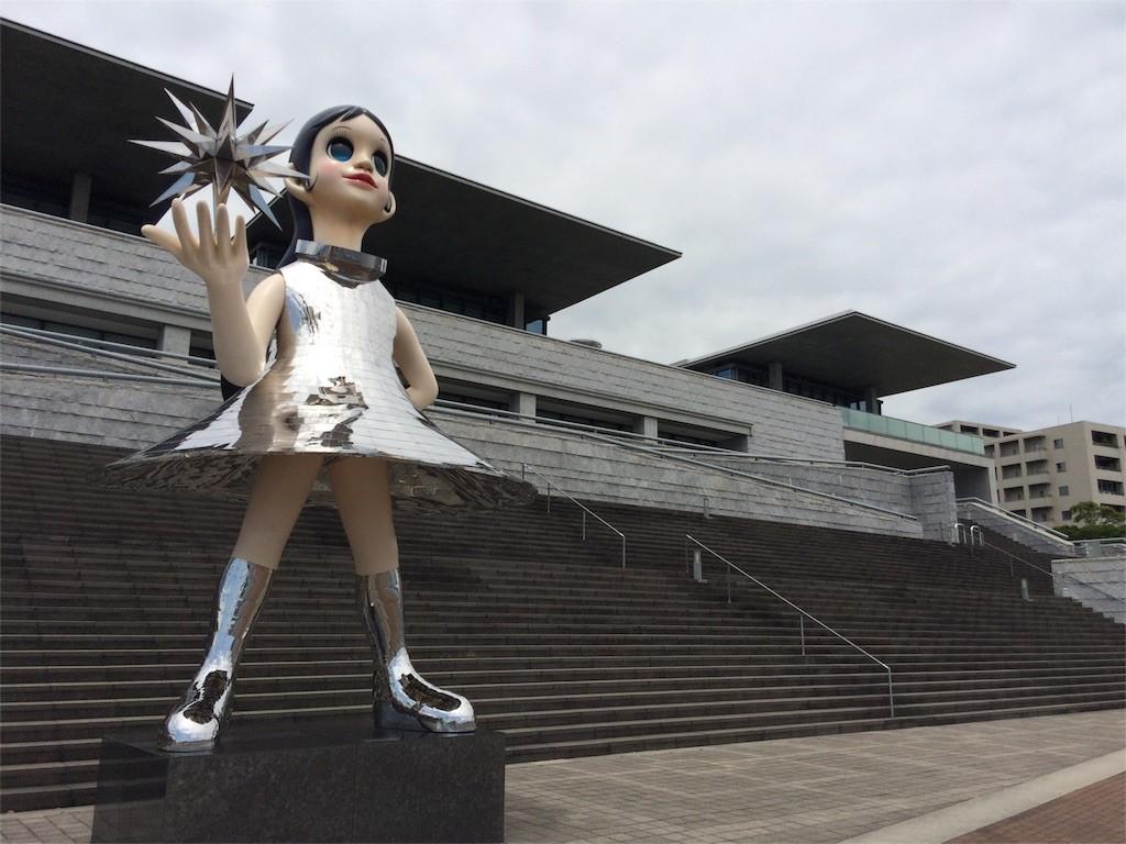 なぞの女の子が立つ兵庫県立美術館