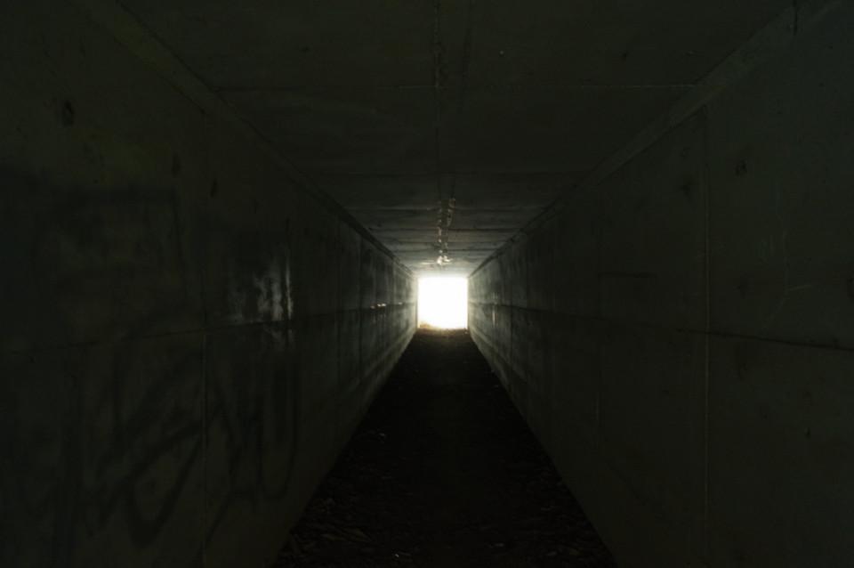 途中の高速道路下トンネル