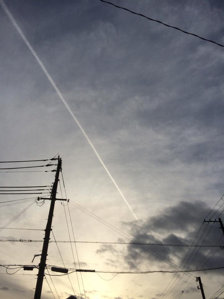 黄昏の飛行機雲
