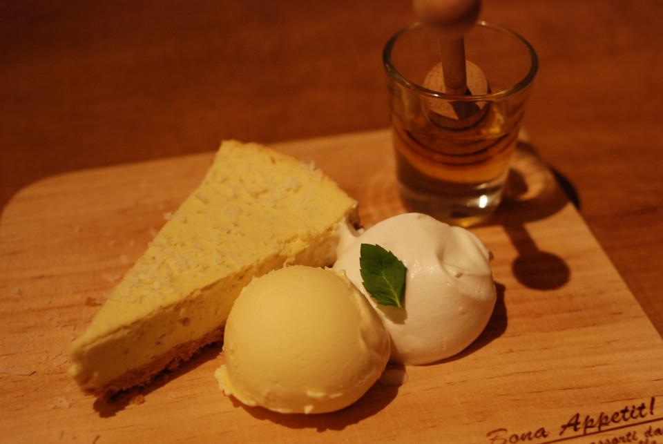「隠れ家」の塩気の効いたチーズケーキ。蜂蜜と生クリームで食べる。