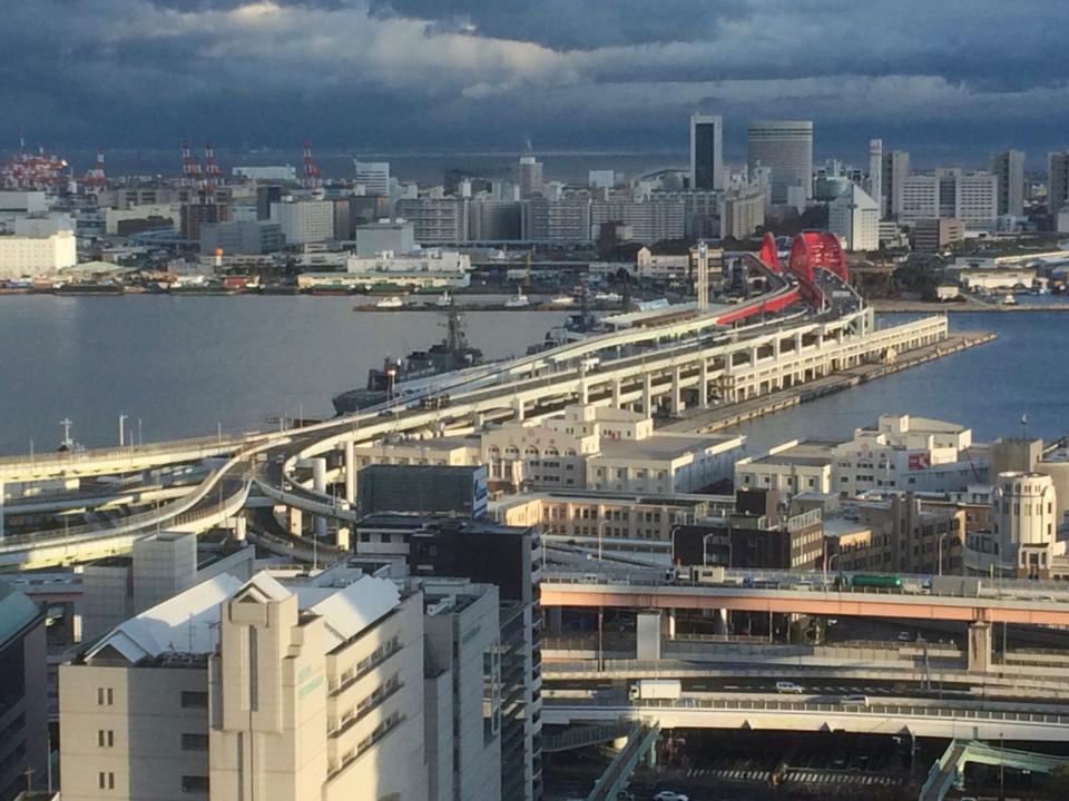 護衛艦が停泊する神戸港