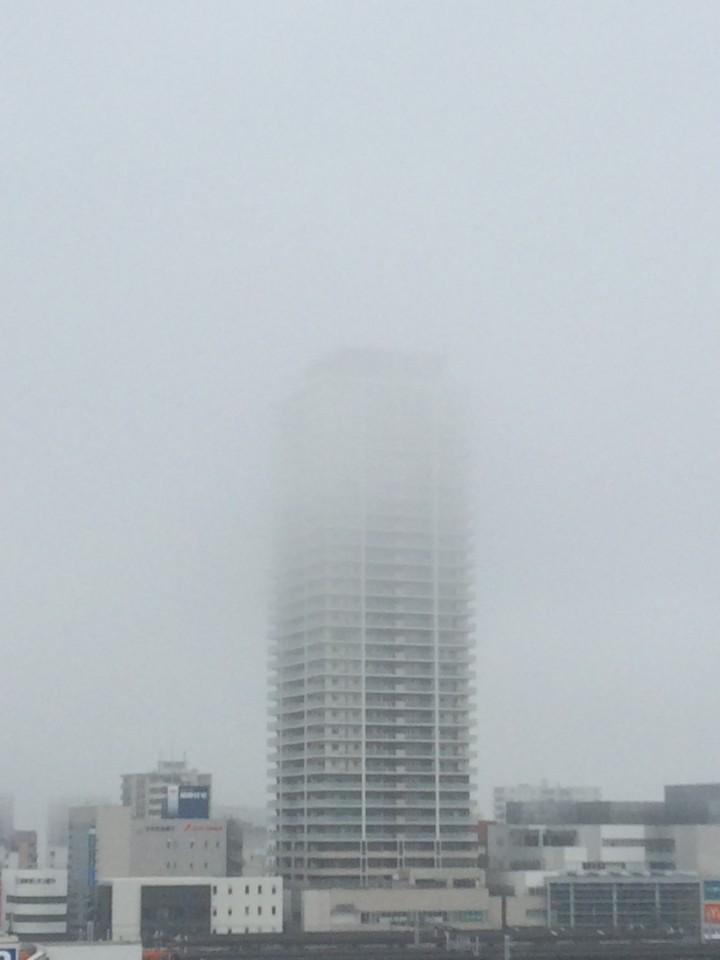 霧に隠れる