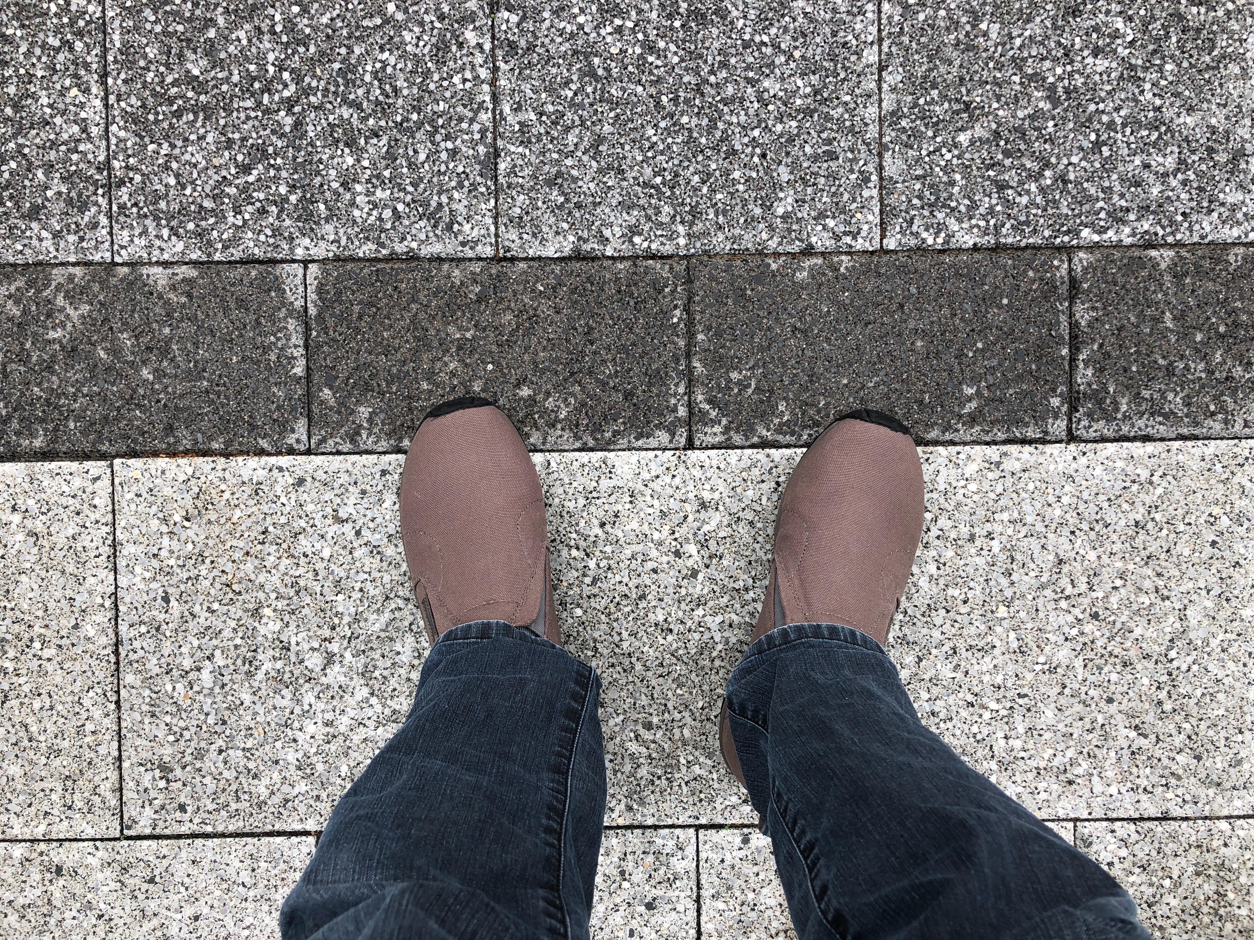 下を向いて靴を撮る