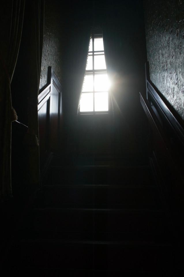 階段から見上げた窓