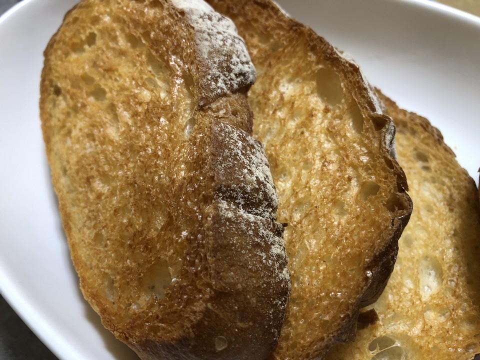 カリカリになるまで焼いたフランスパンが好き