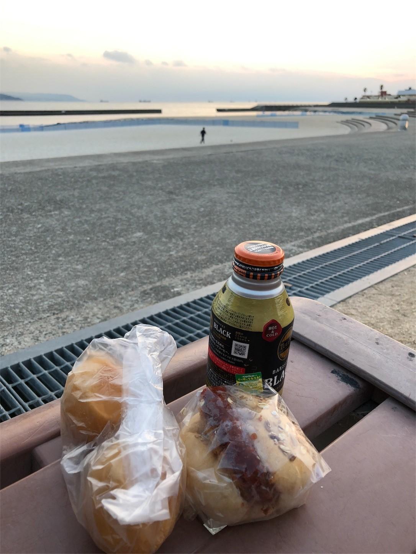 海を見ながらのパン
