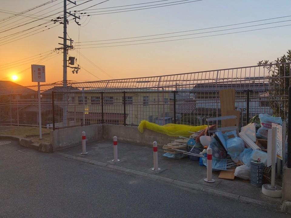 夕日のゴミ捨て場