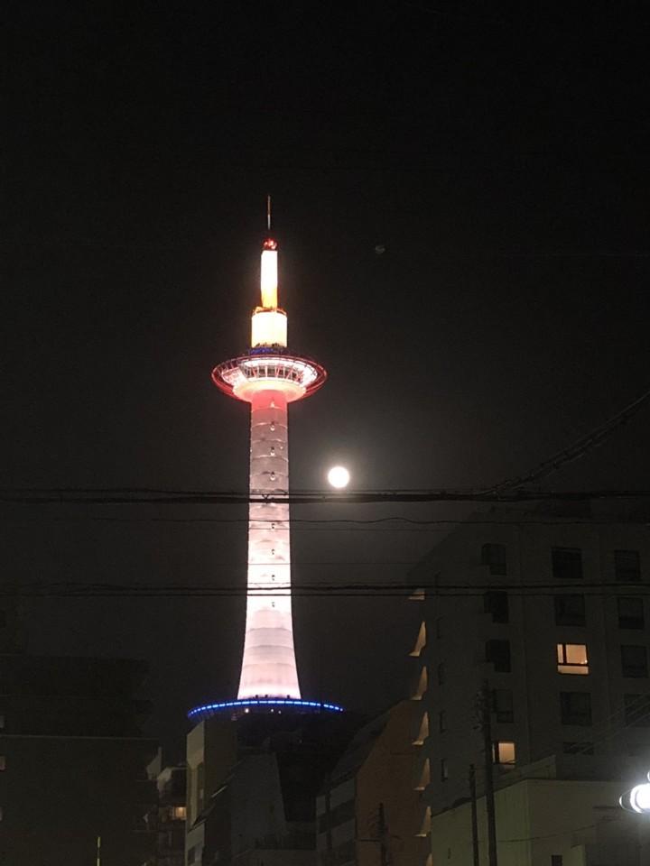 京都タワーと満月