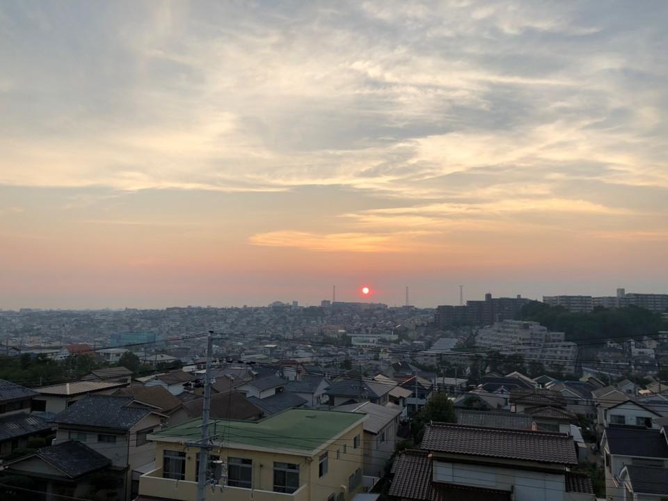 日の沈む町