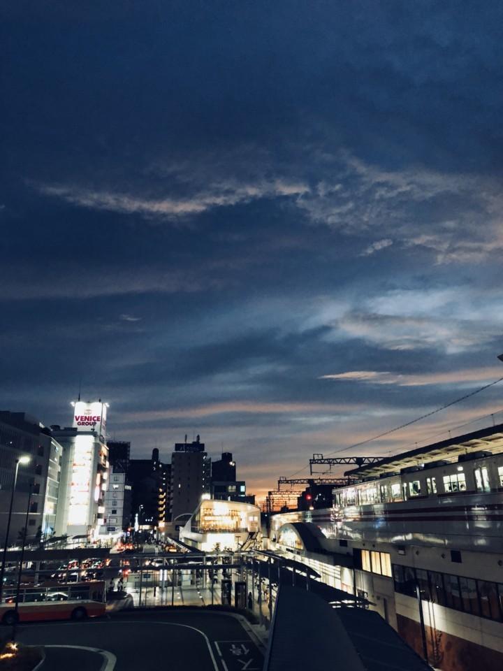 夕方の駅前