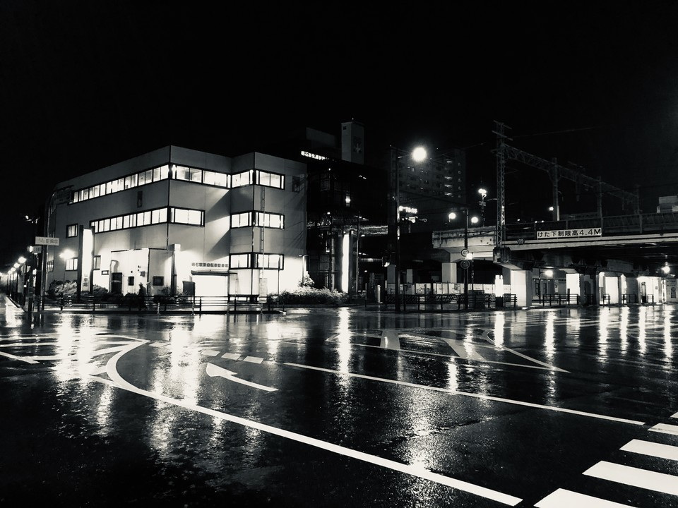 モノクロ交差点(iPhone8 Plus)