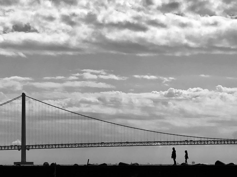 橋と親子(iPhone8 Plus)