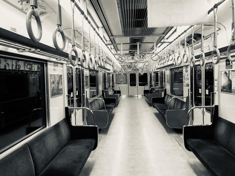 休日の電車(iPhone8 Plus)