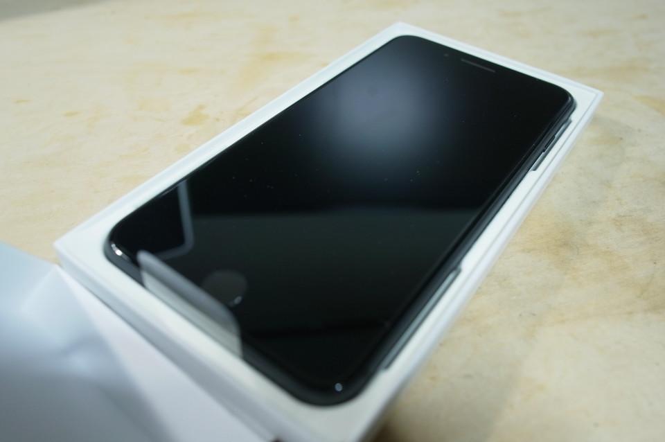 開けたら中に交換iPhone8 Plusが