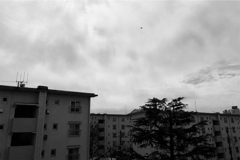 団地の空を行くジェット機