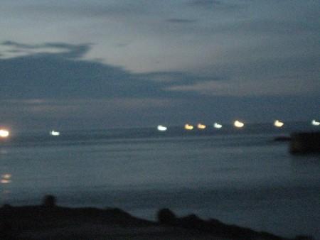 漁火が沖を照らす