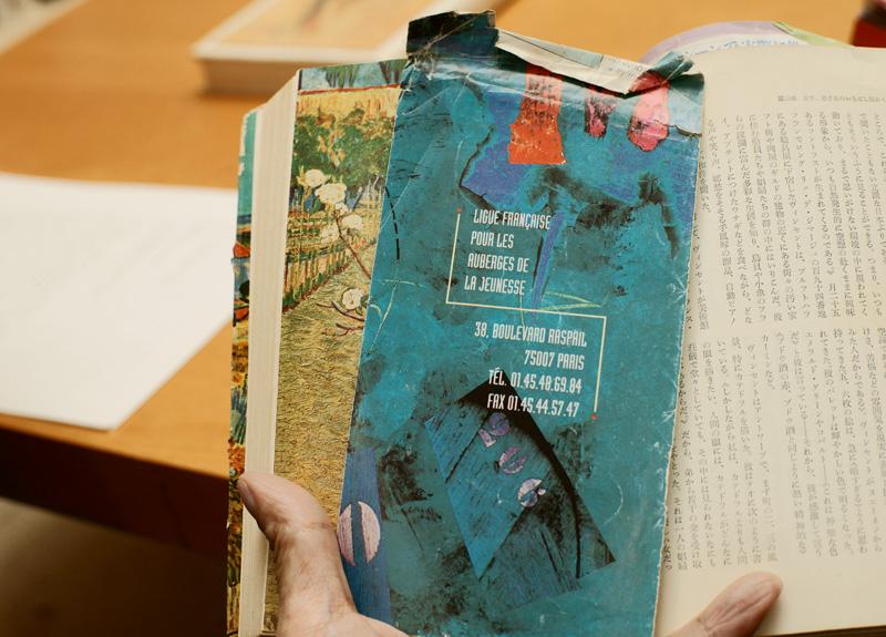 ユースホステルのパンフレットが、しおりがわりにはさんである本