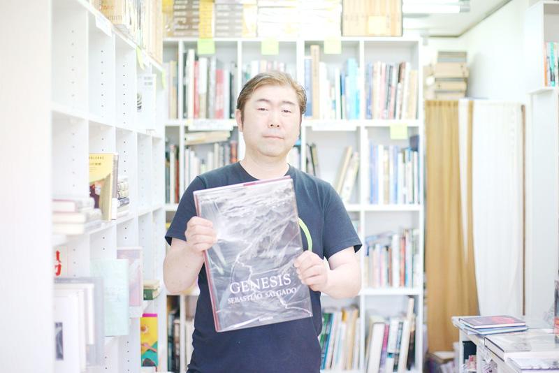 ブラジル人写真家セバスチャン・サルガドの『GENESIS』を持つ池田さん