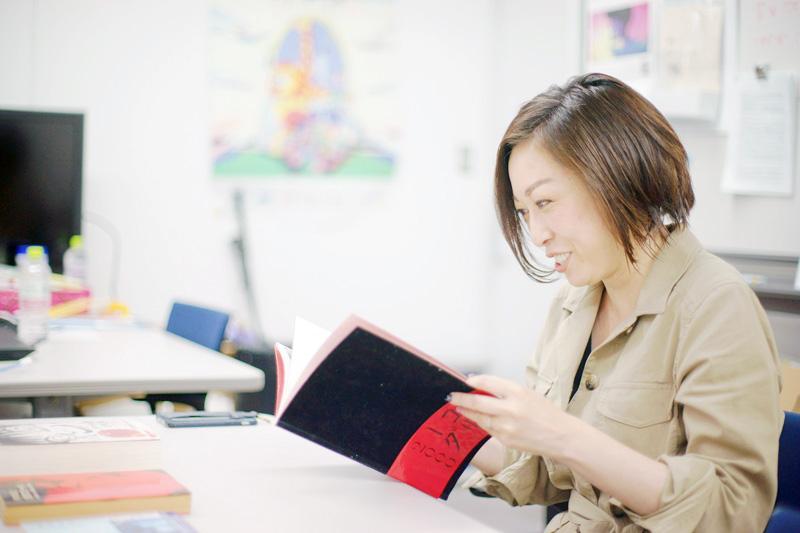『愛のコリーダ』パンフレットを読む小野さん