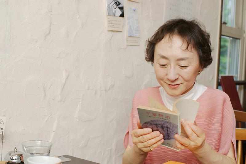 本を読む佐藤さん