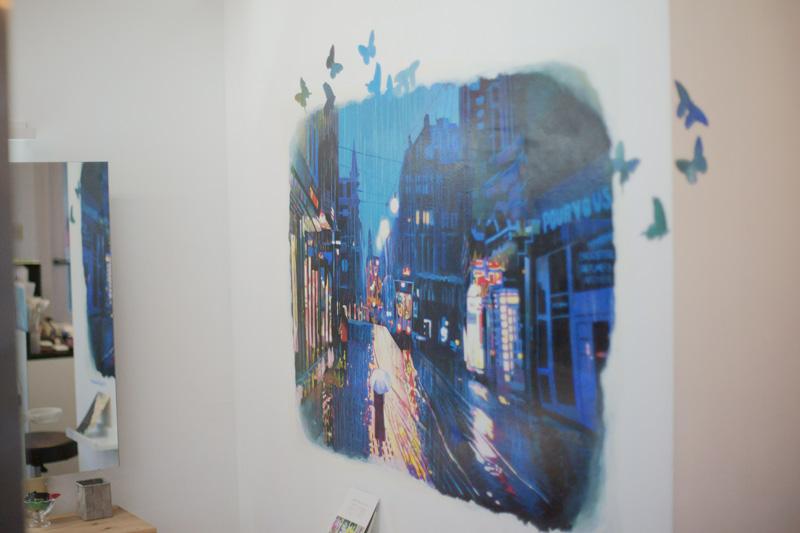 店内に葉ある画家のMaika Kobayashiさんによる壁画