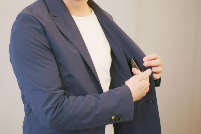テイラードジャケットの内ポケットは出し入れしやすい縦の切り込み