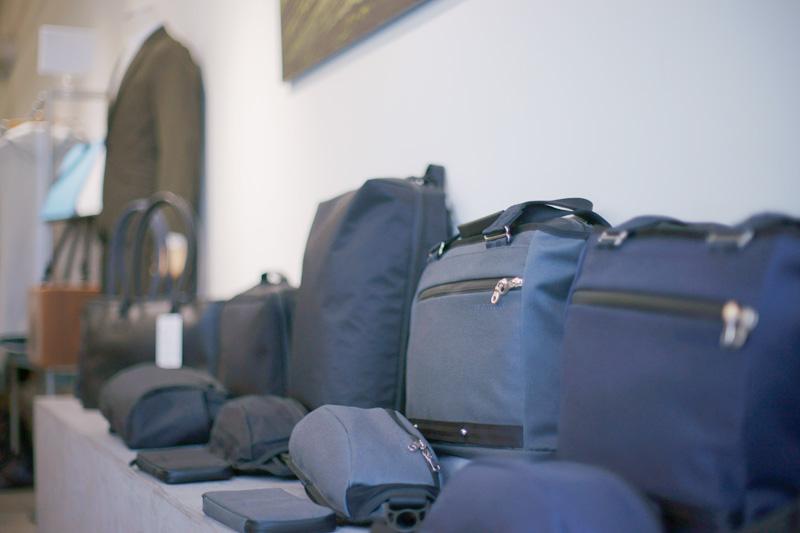 岩佐ビル1階の店頭では機能性とファッションが両立するバッグ類も充実。