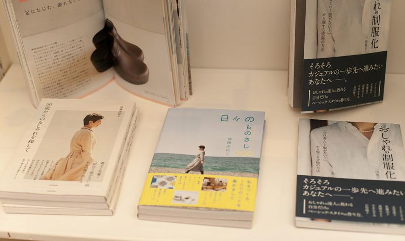 他にもブランドコンセプトである「ココロがホッとするひととき」につながるものづくりやライフスタイルに関する書籍を並べている。