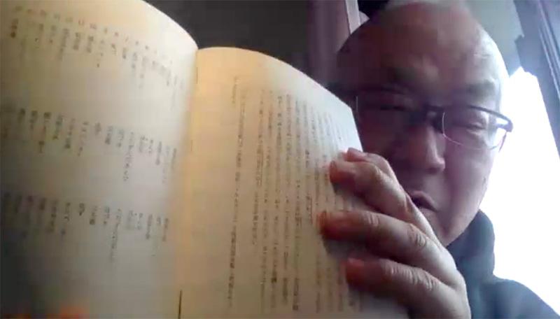 左ページ、初出と春陽堂版、桃源社版の表現の比較表を見せてくれる佐藤さん。