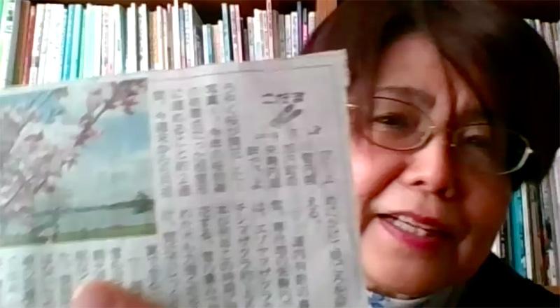 新聞記事を見せてくれる升井さん。