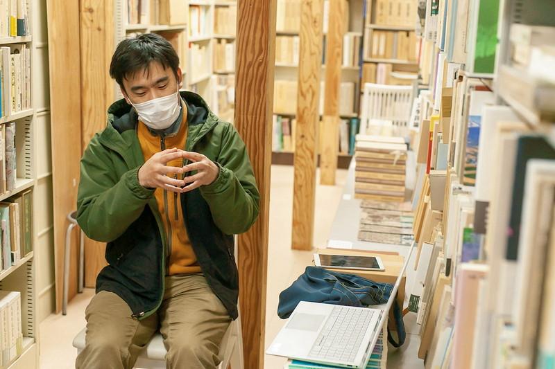 2021年1月末から店頭で撮影した動画配信を始めた札幌の古書店「書肆吉成」の吉成さん。
