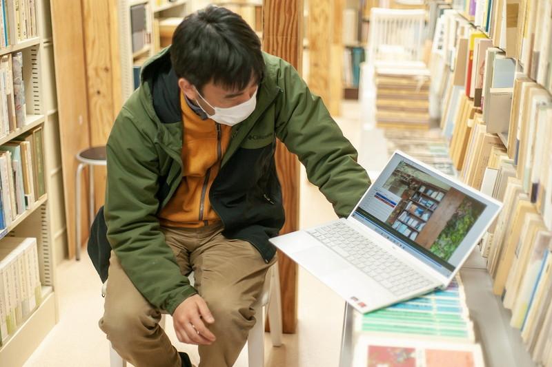 撮影機材はSONYのビデオカメラ一台。店の2階で収録し、編集はフリー動画編集ソフト「AviUtl」を使用。