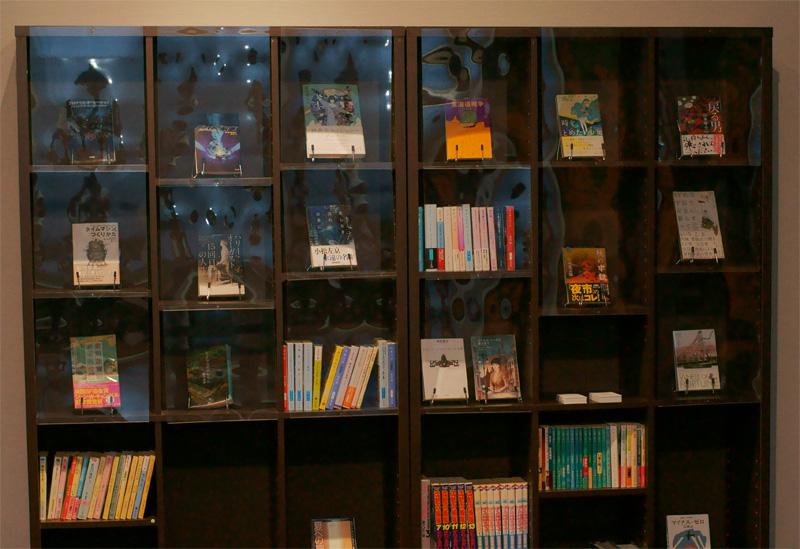 『タイム屋文庫』の書棚。