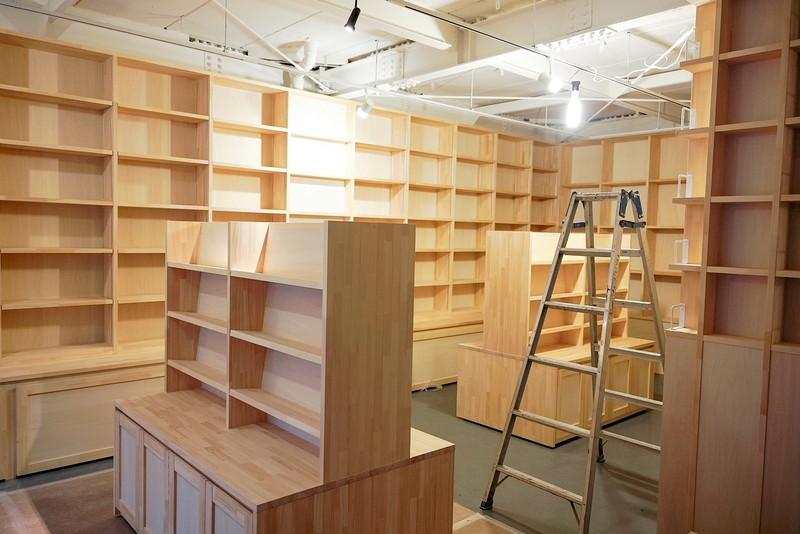 白木の書棚が明るい雰囲気の「Seesaw Books」