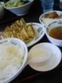 今日の昼食: W餃子定食 (向こうの席の人は、つけ麺。味が気に入ら