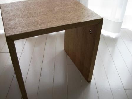 無印良品の隠れた名シリーズが、コの字型家具。 読みかけの本やベッドサイドの照明などを置くのにちょうどよさそう。