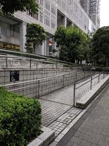 初めてのパスポート課案内看板より先 スロープは駅側にある