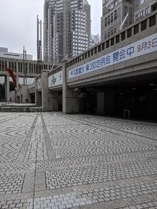 都庁前広場 エレベーターは建物内