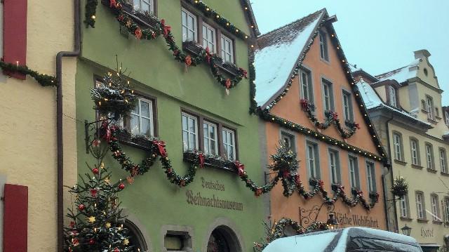 ローテンブルクのクリスマスの街並みの写真