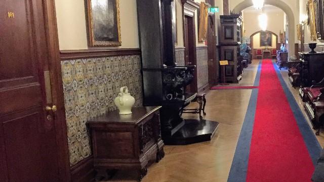 ホテルの廊下がレッドカーペットと骨董品で素敵な写真