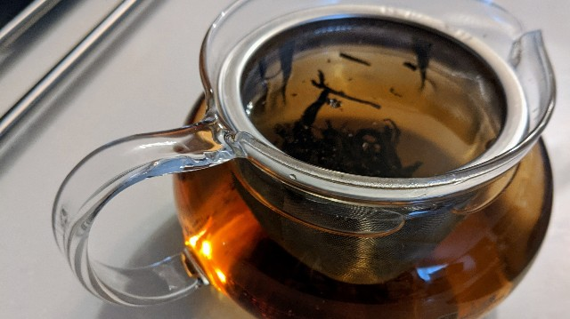 膨鼠紅茶をティーポットに淹れたところ斜めからの写真