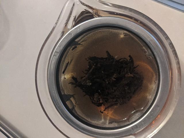 膨鼠紅茶をティーポットに淹れたところの上からの写真