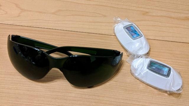 ミュゼのエピフォトに同封されている保護用眼鏡と2種類のアタッチメントの写真